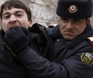 JA policeman detains an opposition activist in Baku - REUTERS/Orhan Orhanov