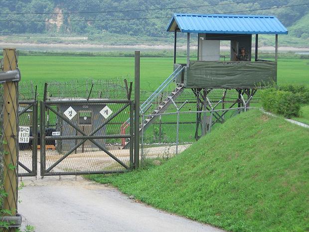 A view into South Korea from North Korea (Image: Johannes Barre/iGEL/Wikimedia Commons)