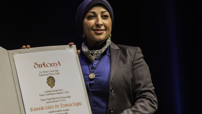 Maryam Alkhawaja accepts the Rafto Prize on behalf of the Bahrain Centre for Human Rights (Image: Lind and Lunde/Rafto Foundation)