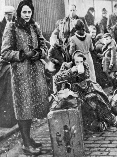Evacuees in Whitecrook Street, Clydebank (Image: West Dunbartonshire Libraries and Cultural Services)