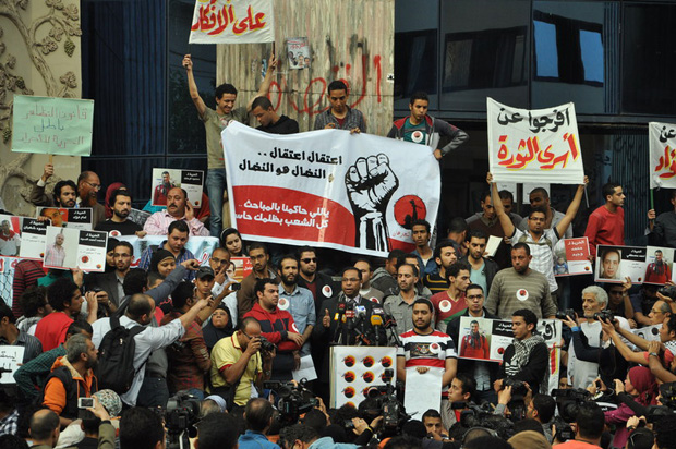 Political activists rallied in front of the Egyptian Journalists Syndicate in Cairo to demand the immediate release of detainees. (Image: Khaled Basyouny/Demotix)