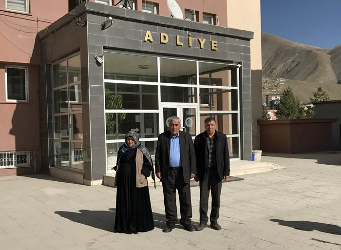 Nedim Türfent's parents and Diyarbakır-based Free Journalist Society co-chair Hakkı Boltan (R) pose at the Hakkari Courthouse during the fourth hearing of the trial on Nov. 17, 2017
