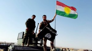Integrantes de los Pershmerga, las fuerzas armadas del Kurdistán Iraquí, reemplazan una bandera del Estado Islámico por la bandera kurda en las inmediaciones de Mosul, Irak, Kurdishstruggle/Flickr