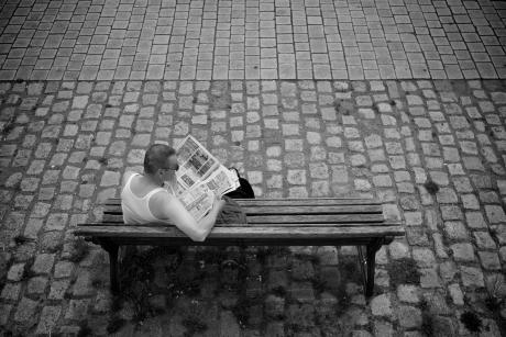Man reading a newspaper, May 21, 2012. Image by Flickr/Frank Knaack