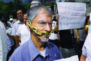 Un periodista mexicano sujeta una cadena alrededor de su boca durante una marcha silenciosa de 2010 en protesta contra los secuestros, asesinatos y violencia que sufren los periodistas del país, John S. and James L. Knight/Flickr