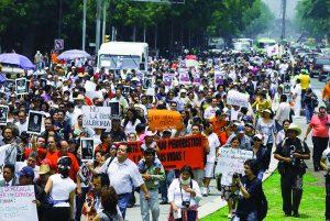 شارك المئات من المتظاهرين في مسيرة صامتة في عام ٢٠١٠ لإدانة أعمال القتل والخطف ضد الصحفيين في المكسيك, John S. and James L. Knight/Flickr