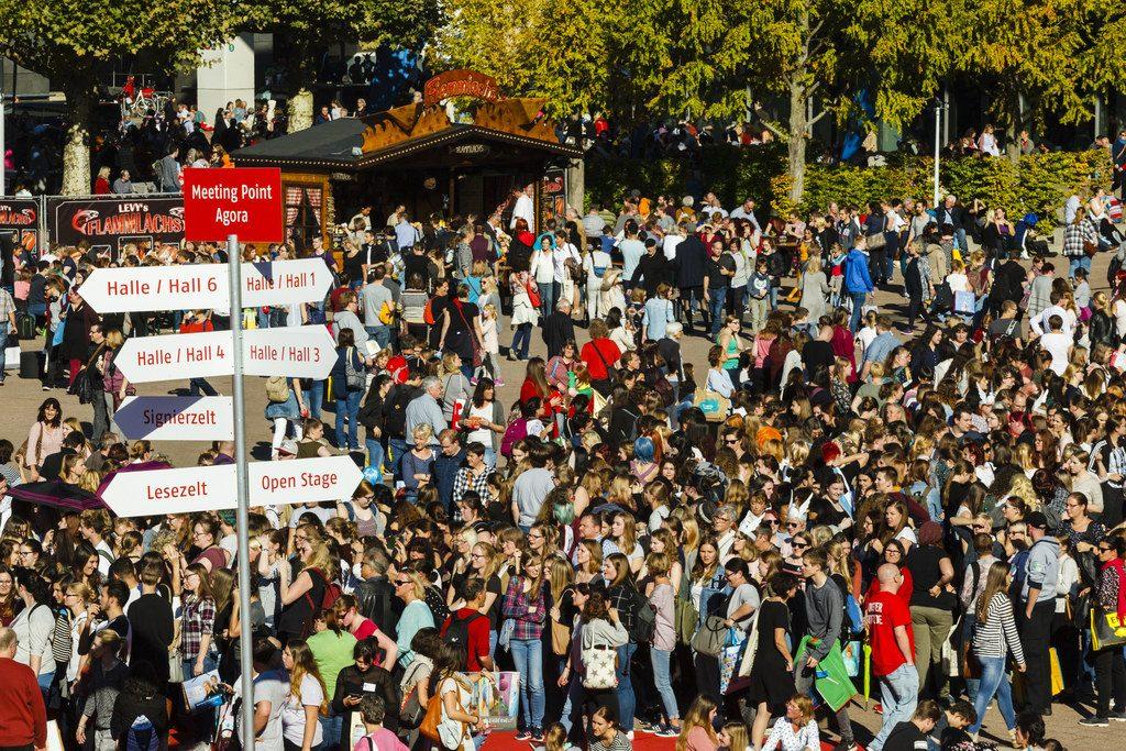 Crowds gather outside the Frankfurt Book Fair, the world's largest book trade-fair, Marc Jacquemin/Frankfurt Book Fair
