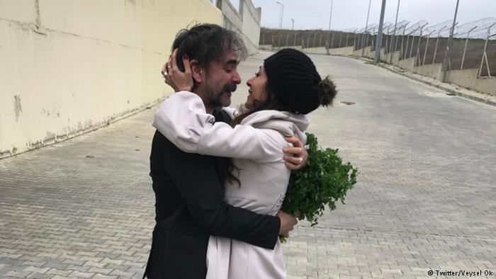 Deniz Yücel's lawyer, Veysel Ok, tweeted a picture of Yücel and his wife, Dilek Mayatürk, hugging in front of Istanbul's Silivri prison. (Photo: Veysel Ok / Twitter)