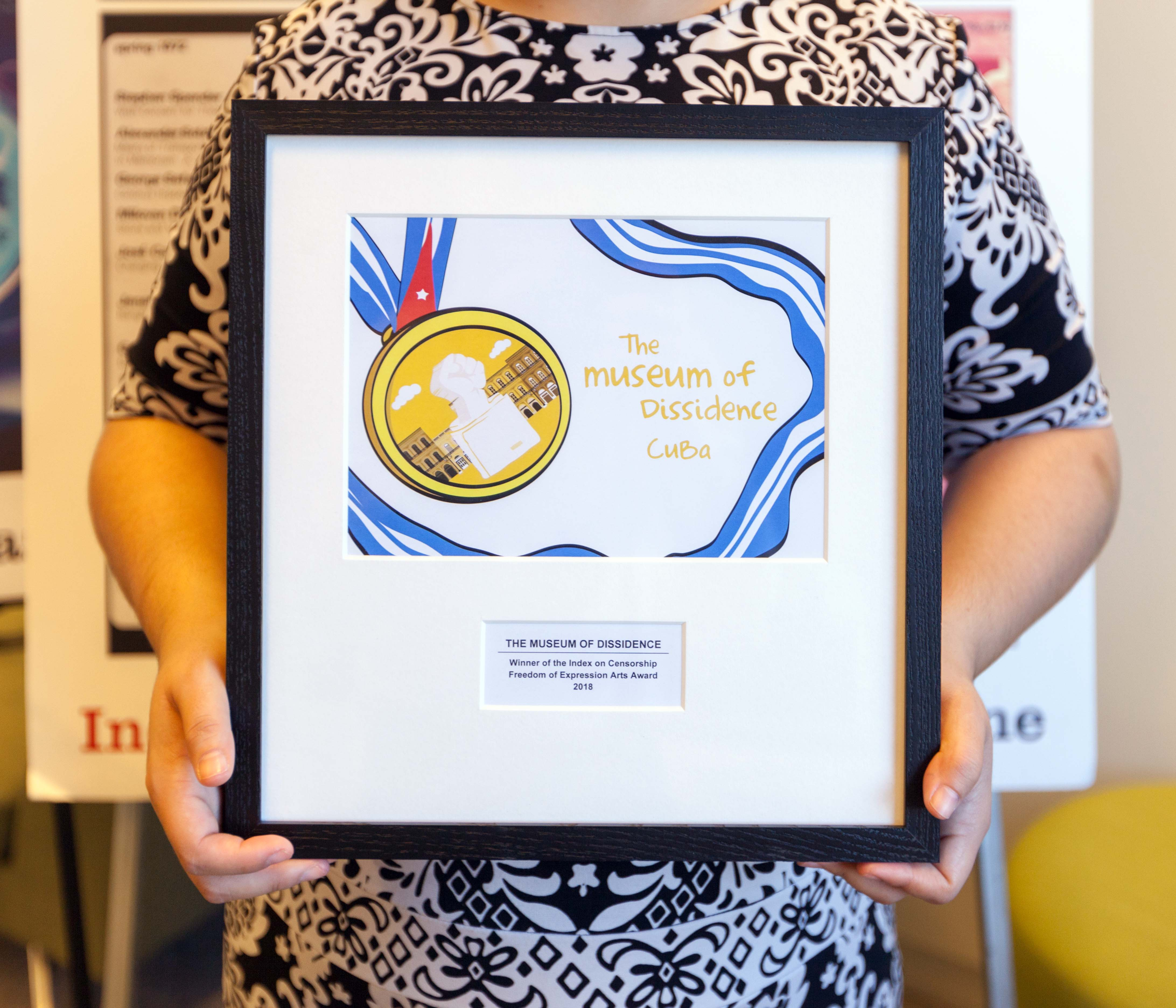 Perla Hinojosa, Fellowship and Advocacy Officer at Index on Censorship, holds the 2018 Freedom of Expression Arts Award for Cuban arts collective Museum of Dissidence, who could not attend the Freedom of Expression Awards. (Photo: Index on Censorship)